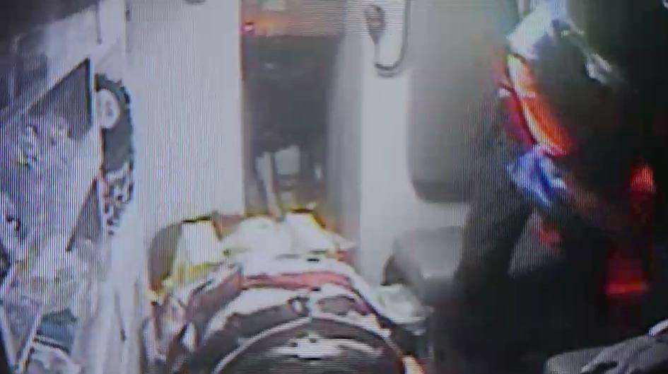 救護人員將頭部重創的許警官送醫救治,當時傷者還有意識但隨即陷入昏迷。(警方提供)
