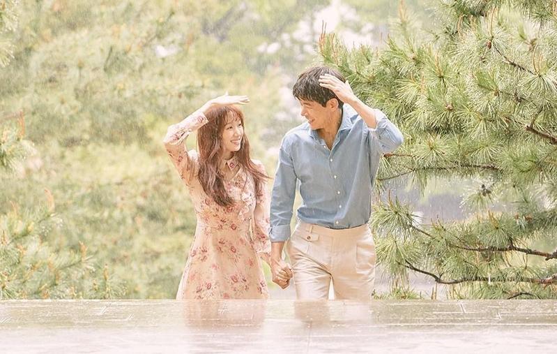 包裹輕奇幻元素的愛情劇《想停止的瞬間:About Time》,找來外型極登對的李相侖(右)、李聖經主演。(KKTV提供)