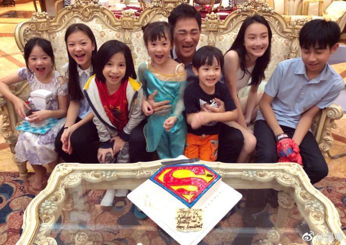 吳尊昨日為父親慶祝72歲生日,他在微博po出2張慶生合照,吳爸爸逆齡模樣,讓許多網友都驚訝了。(翻攝自吳尊微博)
