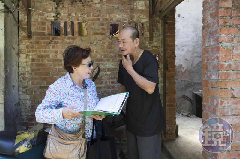 善願愛心協會執行長吳倪冬月(左)也是資深志工,採訪當天,她和志工們前往淡水訪視罹癌治療中的案主。