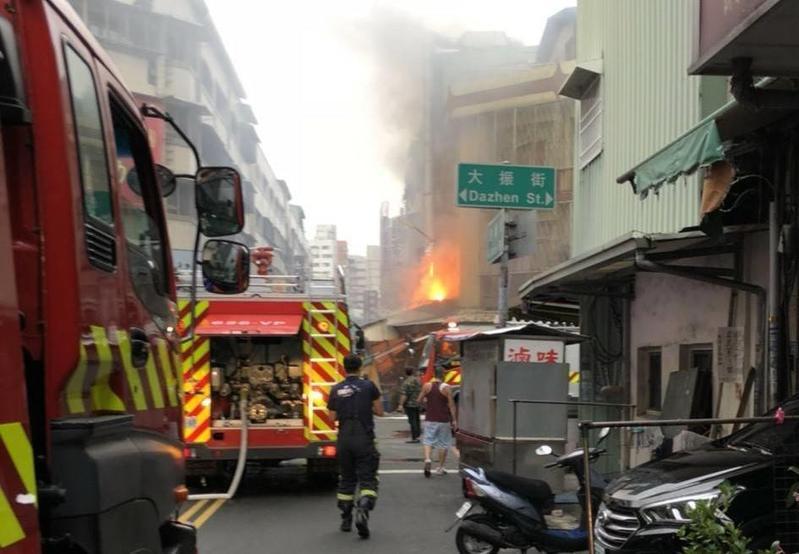 氣爆發生後大火猛烈,幸未延燒,消防人員到場後迅速撲滅。(消防隊提供)