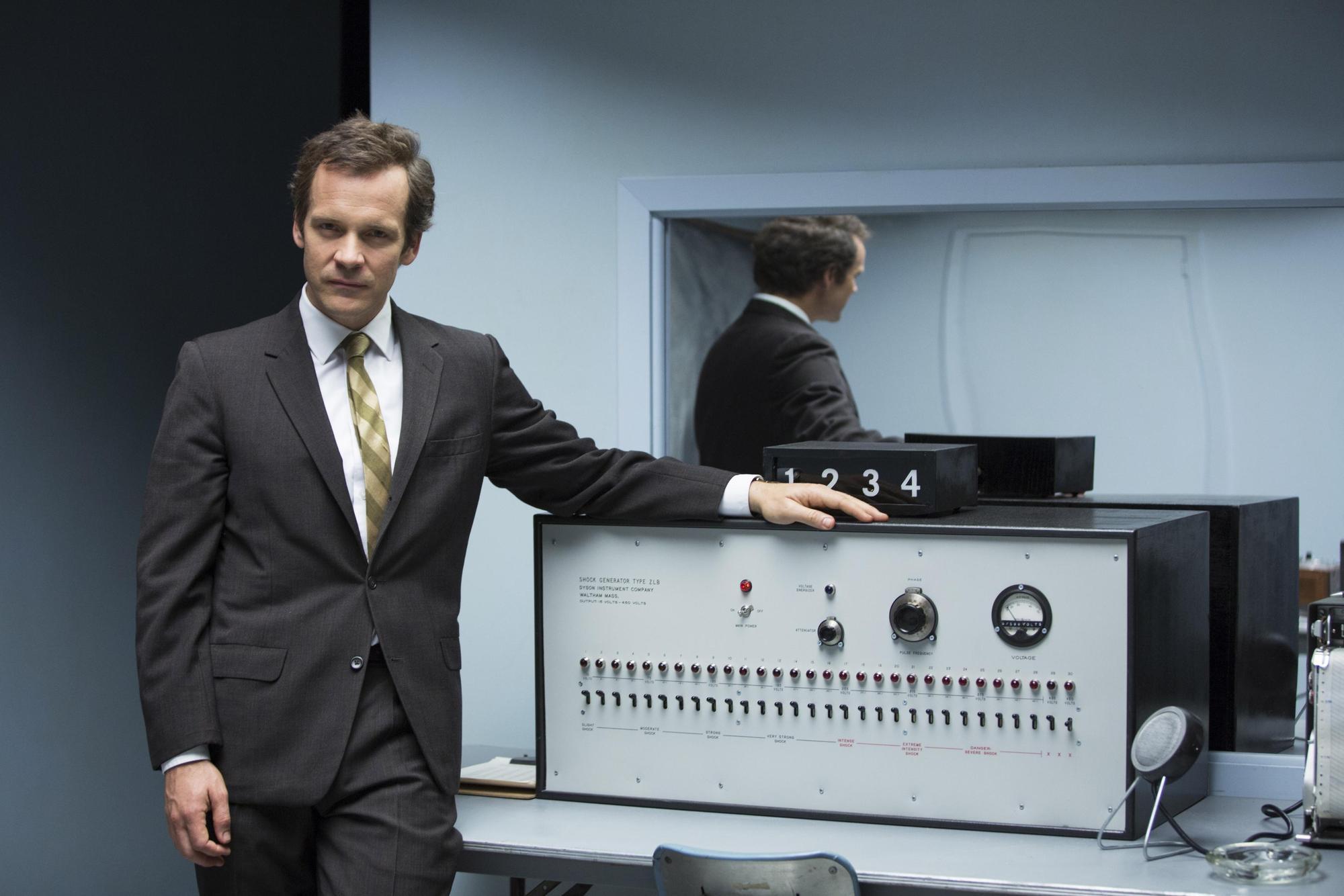 《實驗者》電影劇照,以社會心理學家米爾格蘭(Stanley Milgram)的電擊實驗為主題,探討人服從權威為惡的可能性。(東方IC)