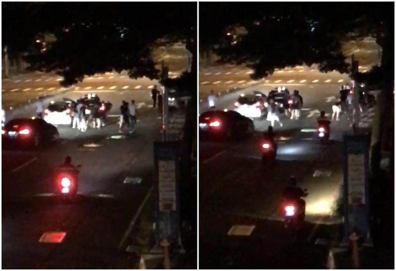 4、5輛車占據路口圍住另部自小客車,十多人下車後互相推擠叫囂,還有人持木棍砸車,後方汽機車小心翼翼繞道通過。(臉書、警方提供)
