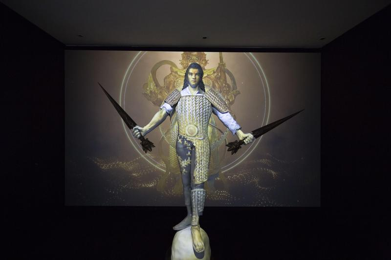 鄭問故宮大展15日舉行開幕典禮,圖為展場兩公尺高的何勿生雕像。