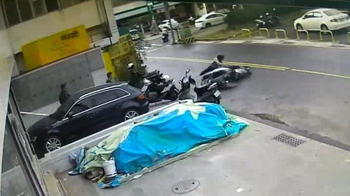 今年4月份搶槍楊嫌還因為槍砲彈藥案騎車衝撞員警,還好被逮。(警方提供)