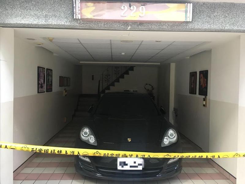 警方在旅館房間發現K他命粉末,懷疑三人在房間內開毒趴,調閱保時捷車籍發現該車是租來的。(警方提供)