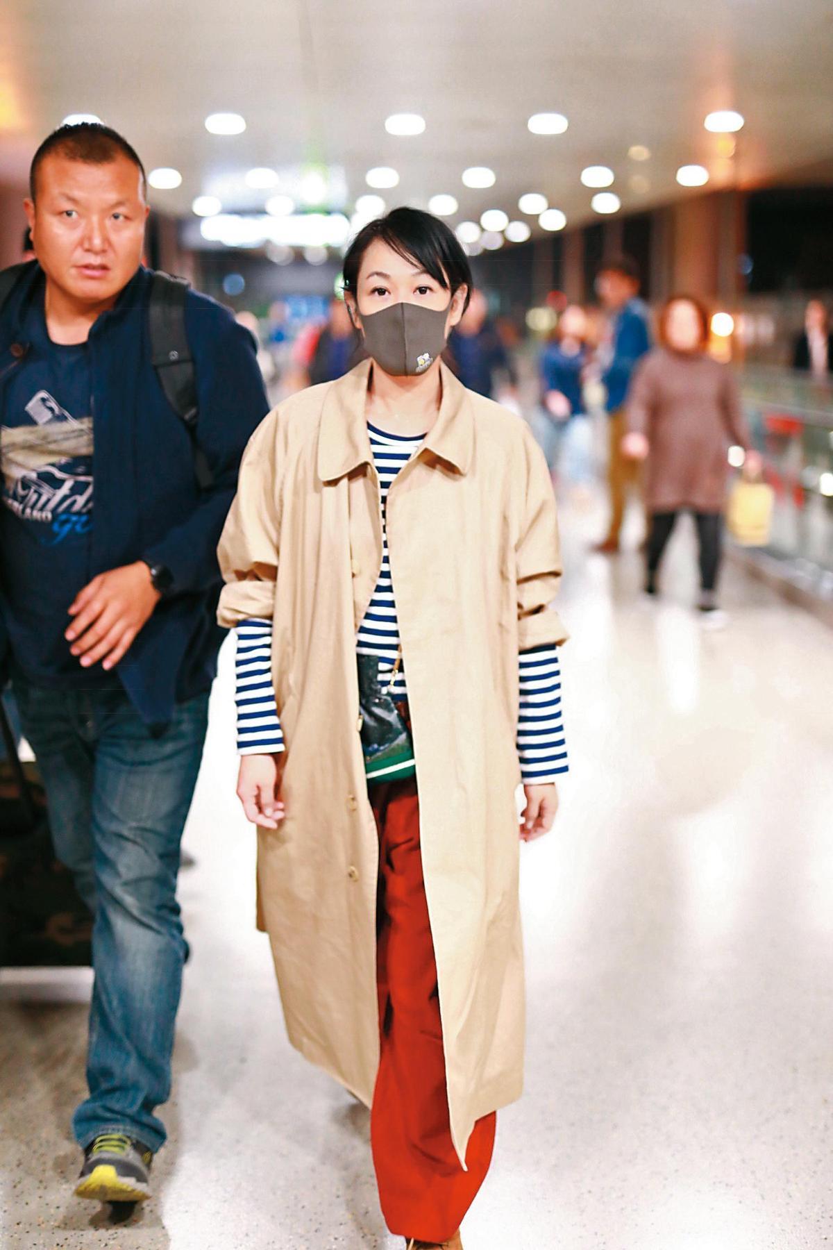 第一次執導演筒的劉若英,行頭充滿文青風,藍白條紋T與駝色風衣、酒紅色闊腿褲,不以時尚為導向的搭配,依然充滿個人風格。(東方IC)