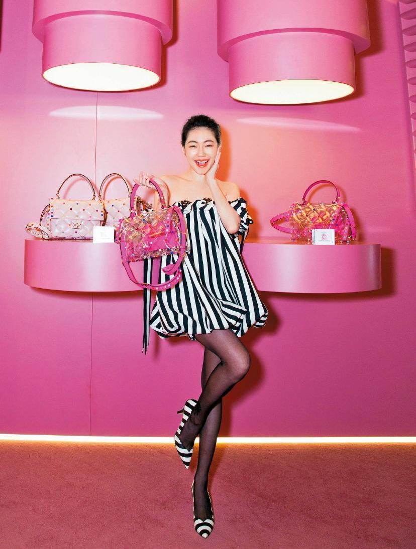 在北京出席活動的小S,平口的Valentino黑白條紋洋裝,讓她顯得青春可愛,手上的PVC手袋,更是今夏最夯的配件。(東方IC)