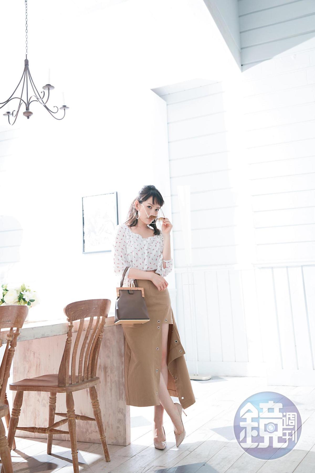 FOREVER21玫瑰花襯衫。約NT$550;東區小店買的木頭框手提包。NT$1,780;東區小店買的卡其長裙。約NT$4,700;CESARE CASADEI粉膚色高跟鞋。約NT$10,000