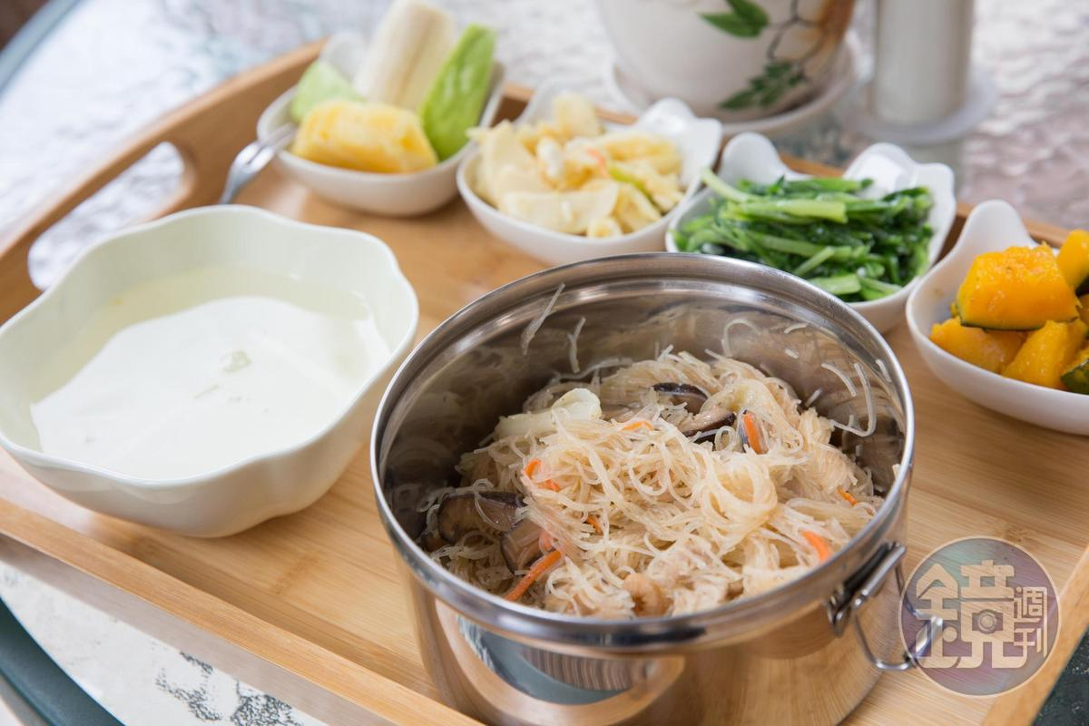 炒米粉是陳名珉父親生前的拿手菜,媽媽炒出來的米粉味道不對了,現在想吃的時候,她便和妹妹一起下廚做。