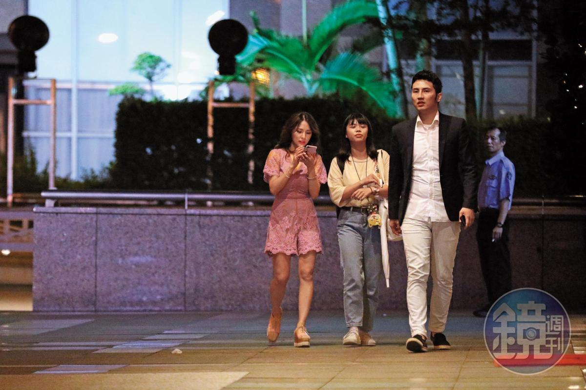 6/13 22:22 剛結束直播節目的熊熊(左),與女助理從大門離開,一名深色外套男(右)也跟著他們一起走。