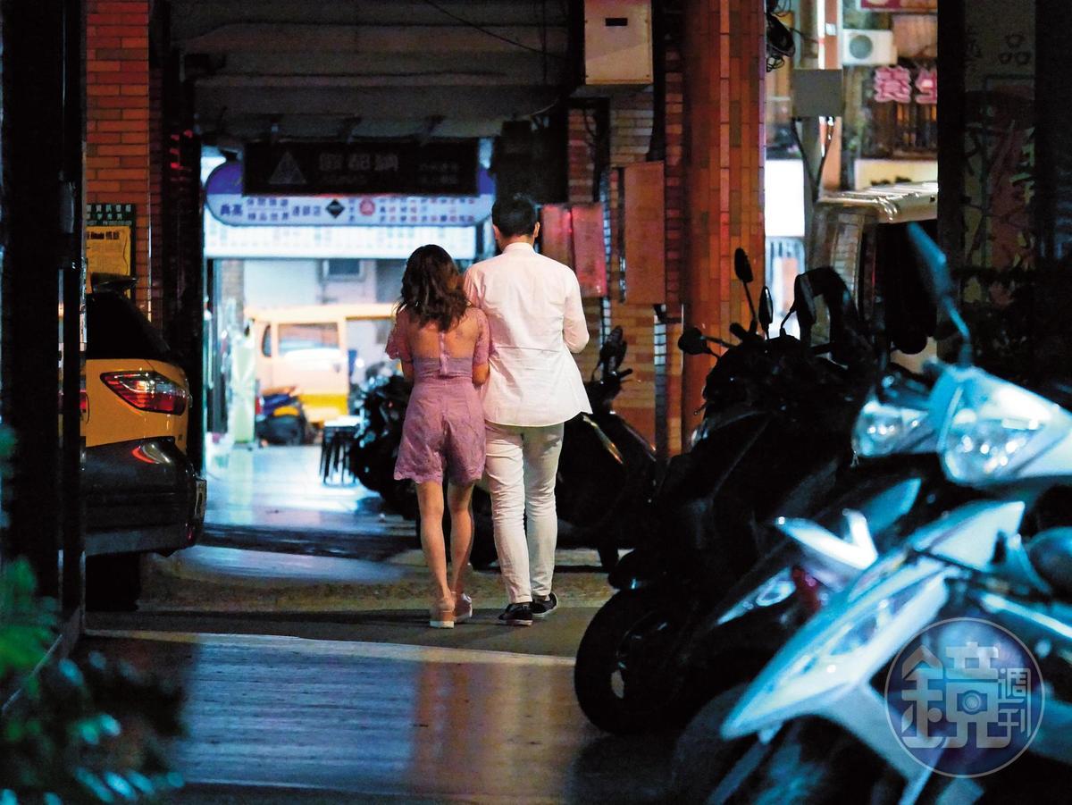 23:19 兩人在夜市附近巷弄走路時,熊熊很自然地主動伸手勾住男生的手,胸部也貼得很緊。