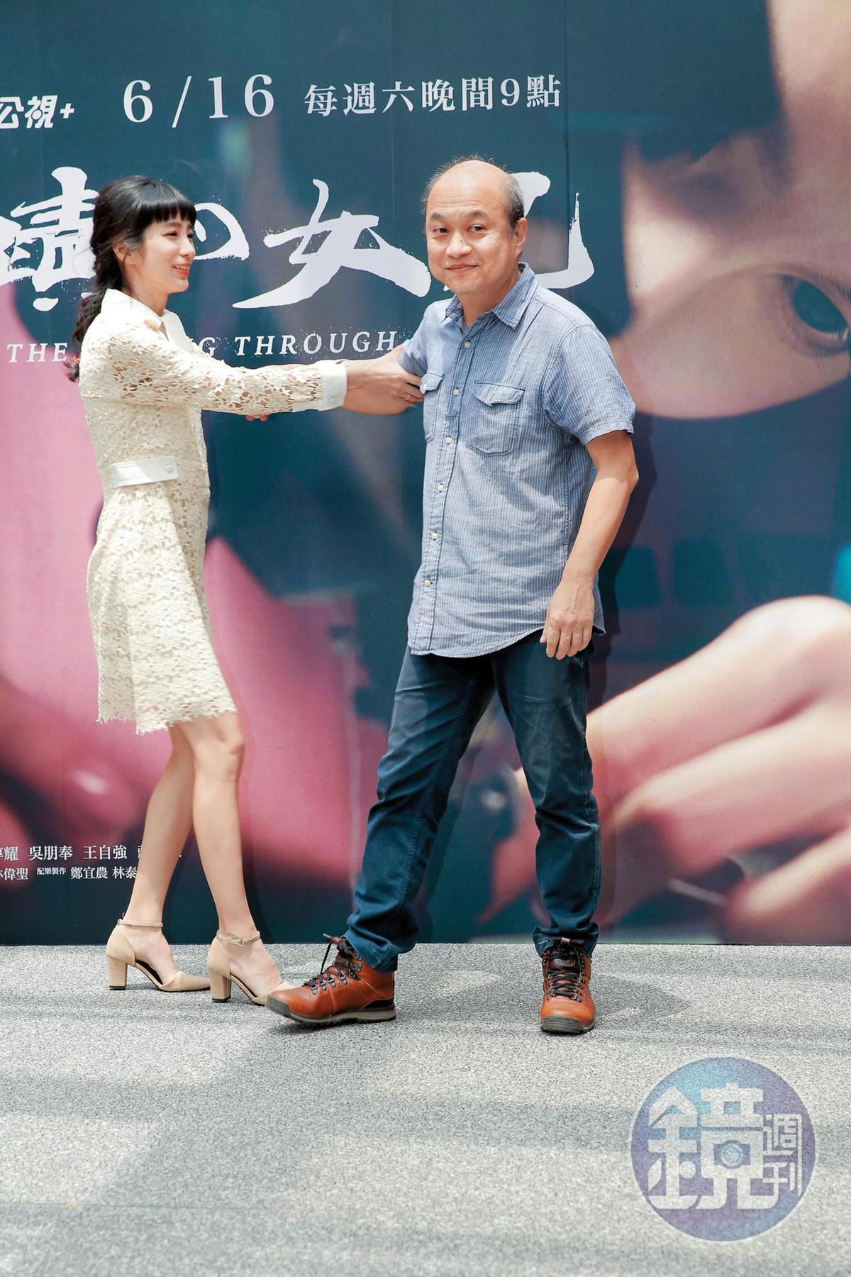 温貞菱在新戲的台上一直跟鄭文堂拉拉扯扯,看得出拍了戲後忘年交情深厚。