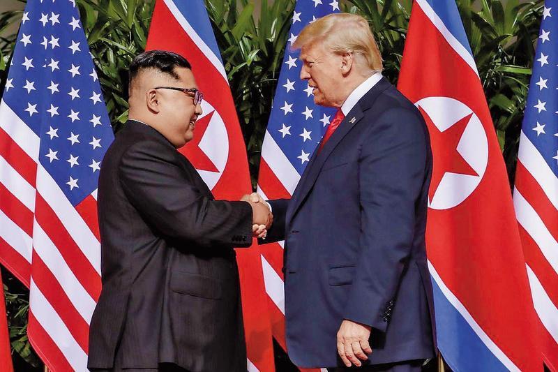 1年前美國與北韓對峙,川普與金正恩激烈對罵。1年後,2人在新加坡握手言和。(東方IC)