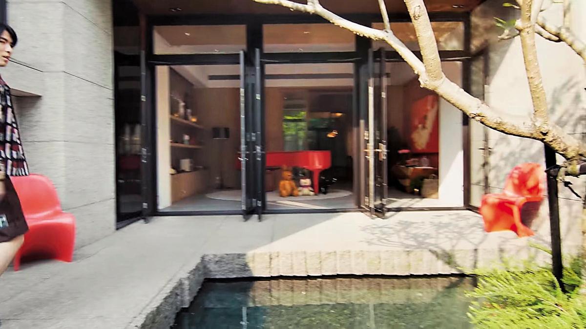 蕭敬騰拍金曲獎影片,把去年購入的豪宅曝了光,畫面看到入口大門分成左、中、右3個部分。