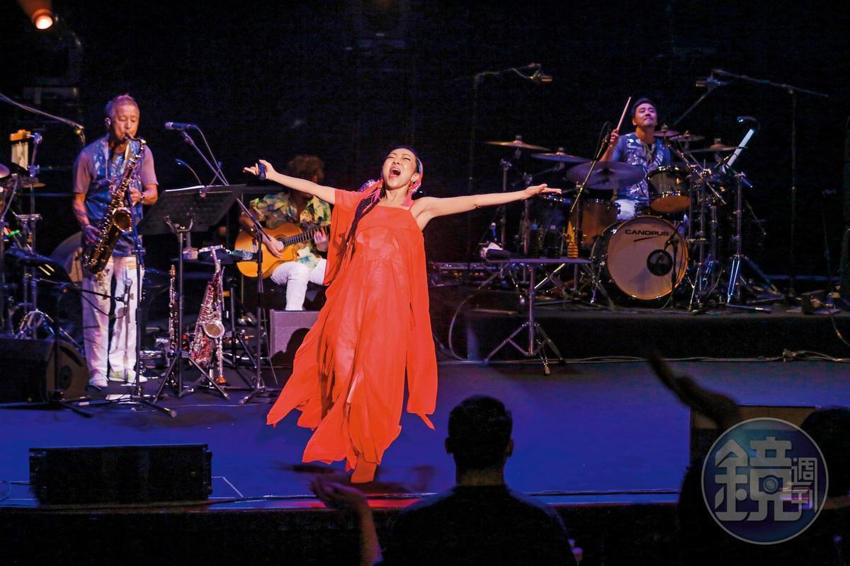 日本女歌手MISIA也有種自由落體的fu,只是畫面比較接地氣。