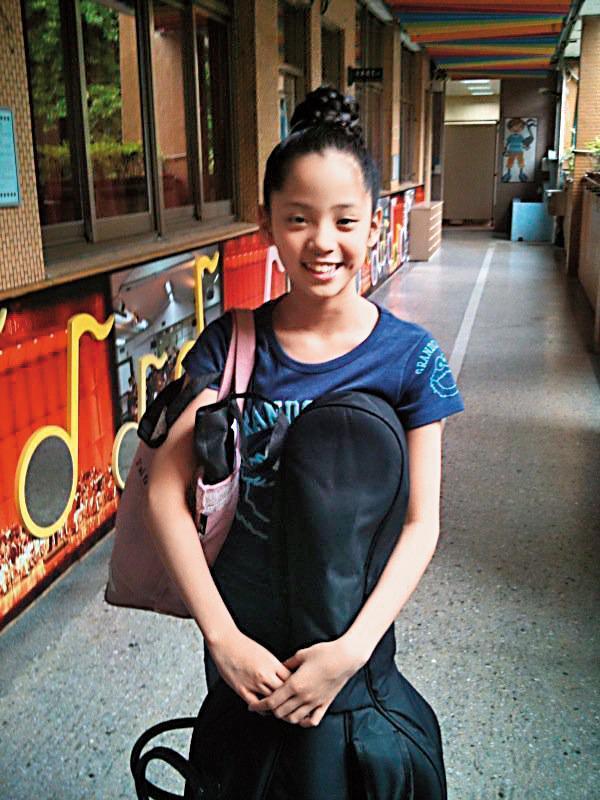歐陽娜娜自小習鋼琴及大提琴,自稱小時候是3姐妹最醜的一個,別的小朋友玩樂時,她只能在家裡拉琴。(翻攝自歐陽娜娜臉書)