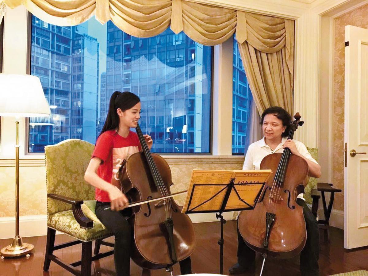 13歲前往費城柯蒂斯音樂學院就讀,歐陽娜娜(左)曾立志要成為像馬友友的大提琴家,不到2年卻決定休學,引發批評聲浪。
