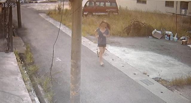 監視器發現謝姓國中女生小跑步離家,似乎與人有約。(翻攝網路)