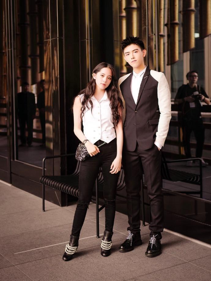 日前歐陽娜娜還和陳飛宇一起席上海舉行的品牌活動。(翻攝微博)