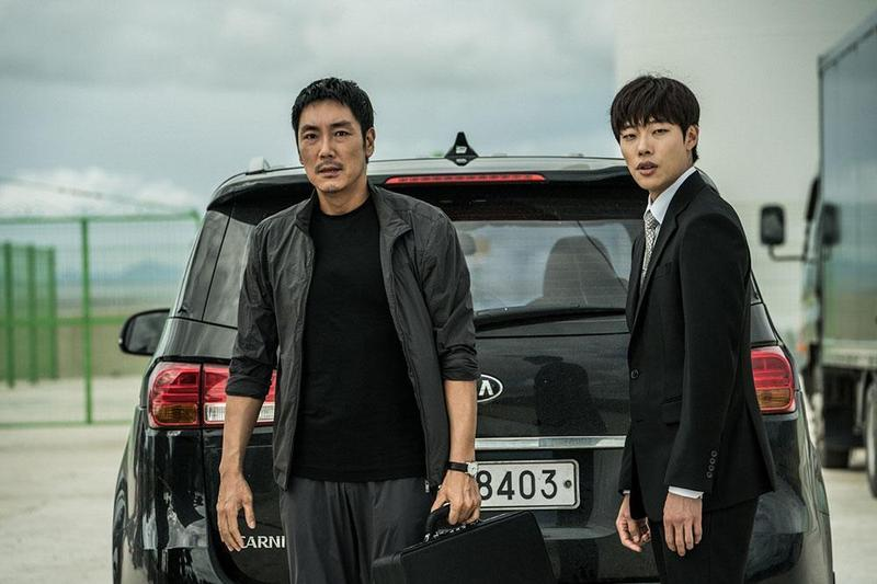 趙震雄(左)、柳俊烈在《信徒》中聯手追查毒梟,戲外也培養出宛如兄弟般的好感情。(車庫娛樂提供)