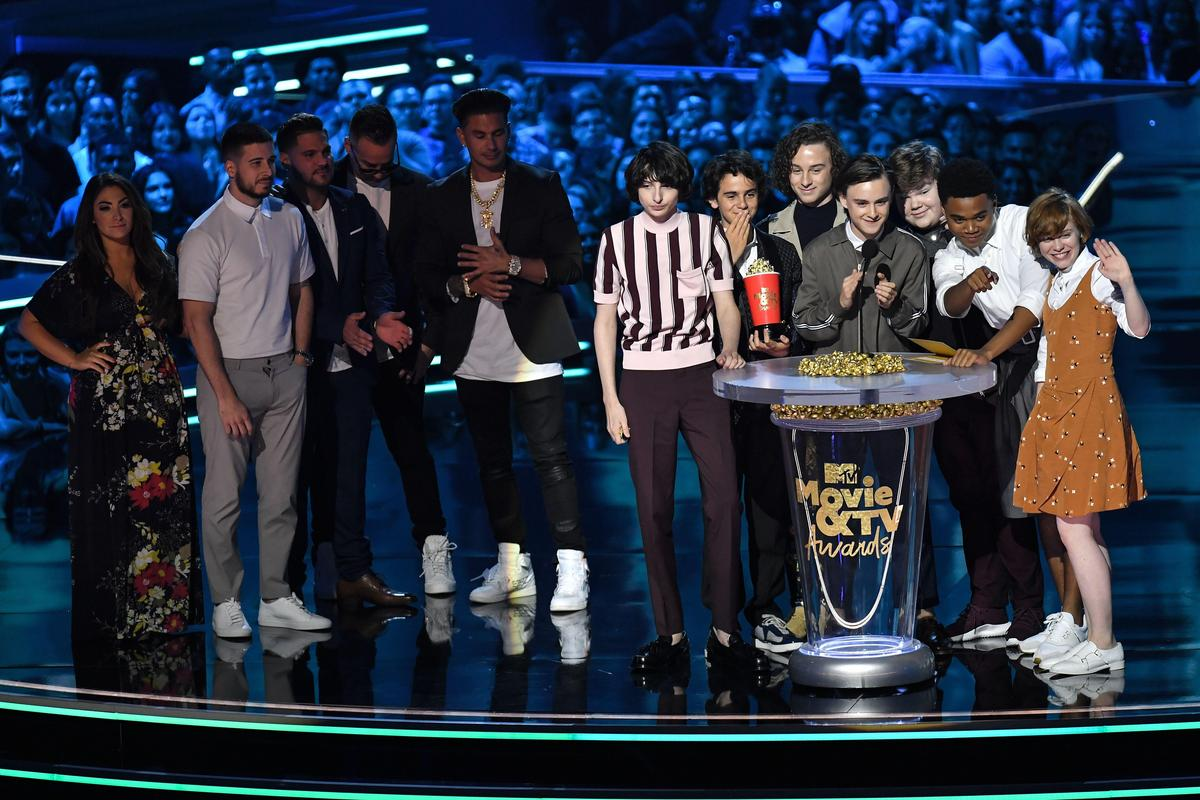 《牠》的「魯蛇俱樂部」成員獲得最佳銀幕拍檔,而在舞台左方頒獎給他們的,則是曾紅極一時的實境秀《玩咖海岸》成員。(東方IC)