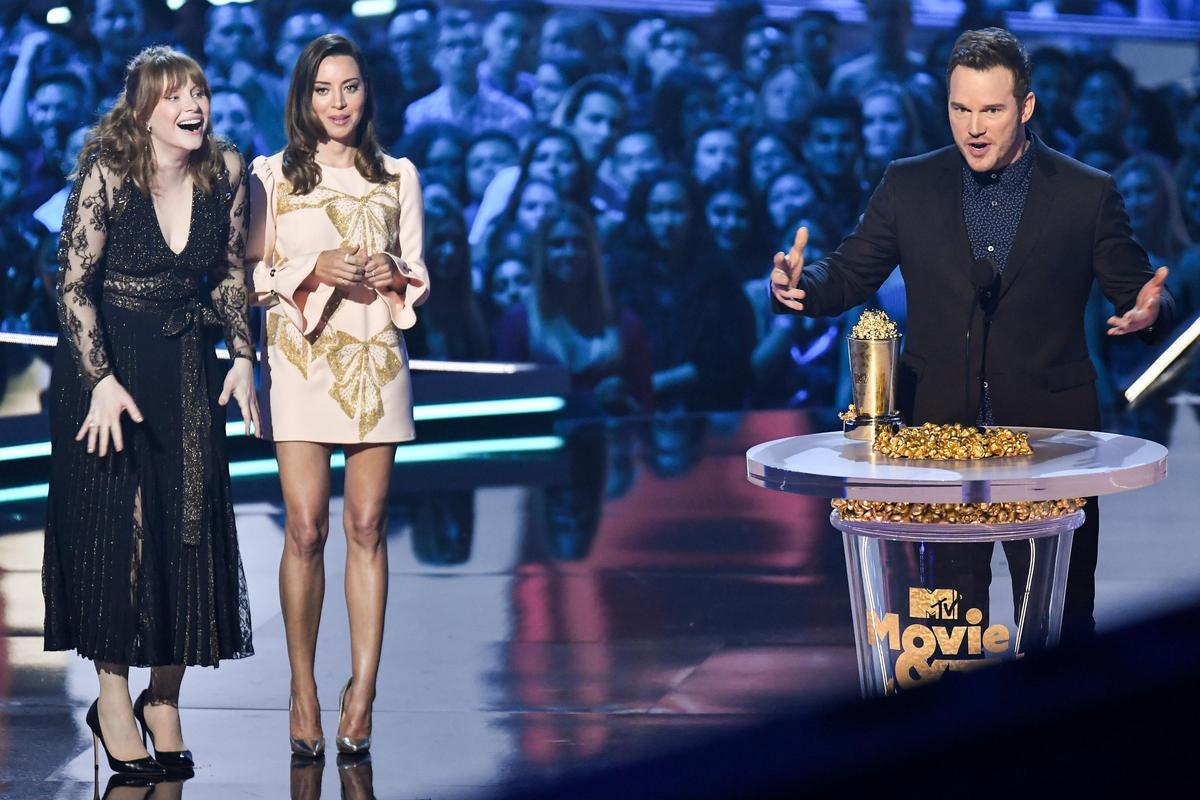 布萊絲達拉斯霍華(左一)、奧利維亞穆恩(左二),頒給克里斯普瑞特MTV世代獎。(東方IC)