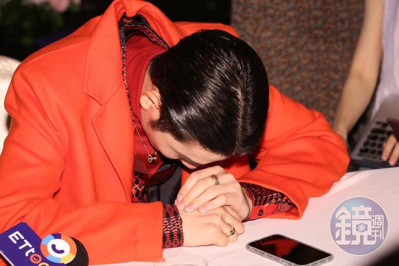 蕭敬騰因工作太滿,忙得焦頭爛額,訪問過程中,作勢崩潰。