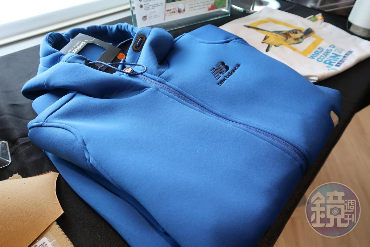 運動服飾也吹起咖啡風,推出機能材質外套。