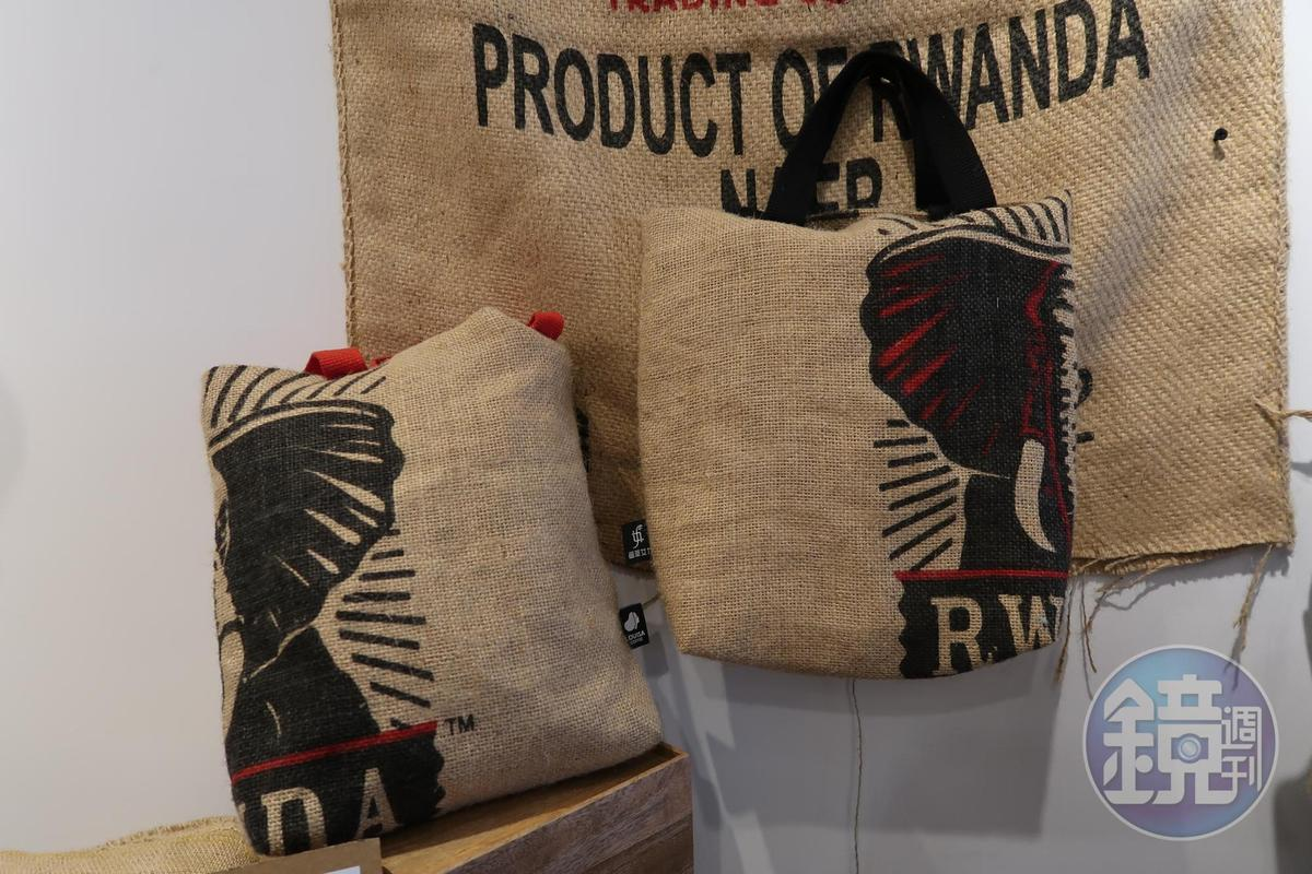 咖啡麻布袋作成時尚手提袋。