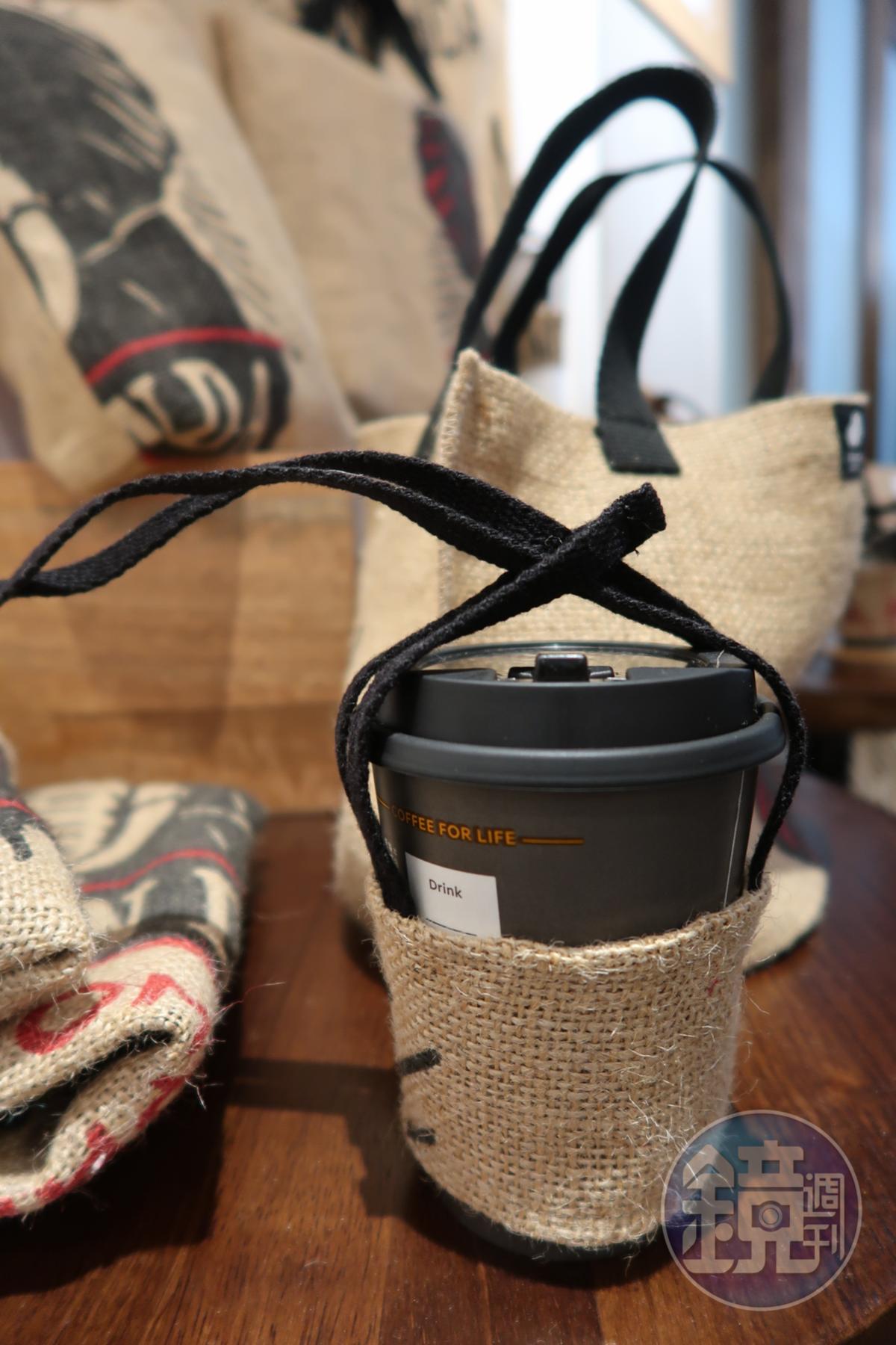 蘆葦女力基金以咖啡麻布袋設計外帶杯提帶。