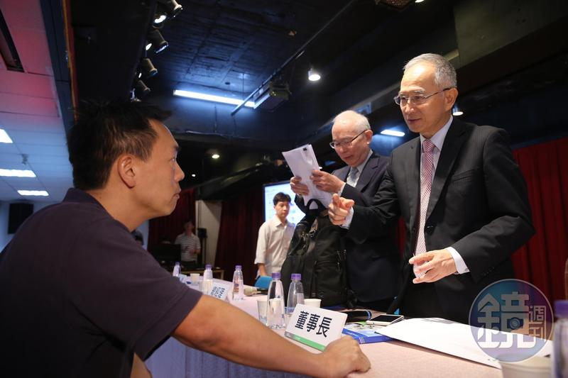 亞太電信董事長呂芳銘,因去年每股虧損0.93元慘遭小股東砲轟。