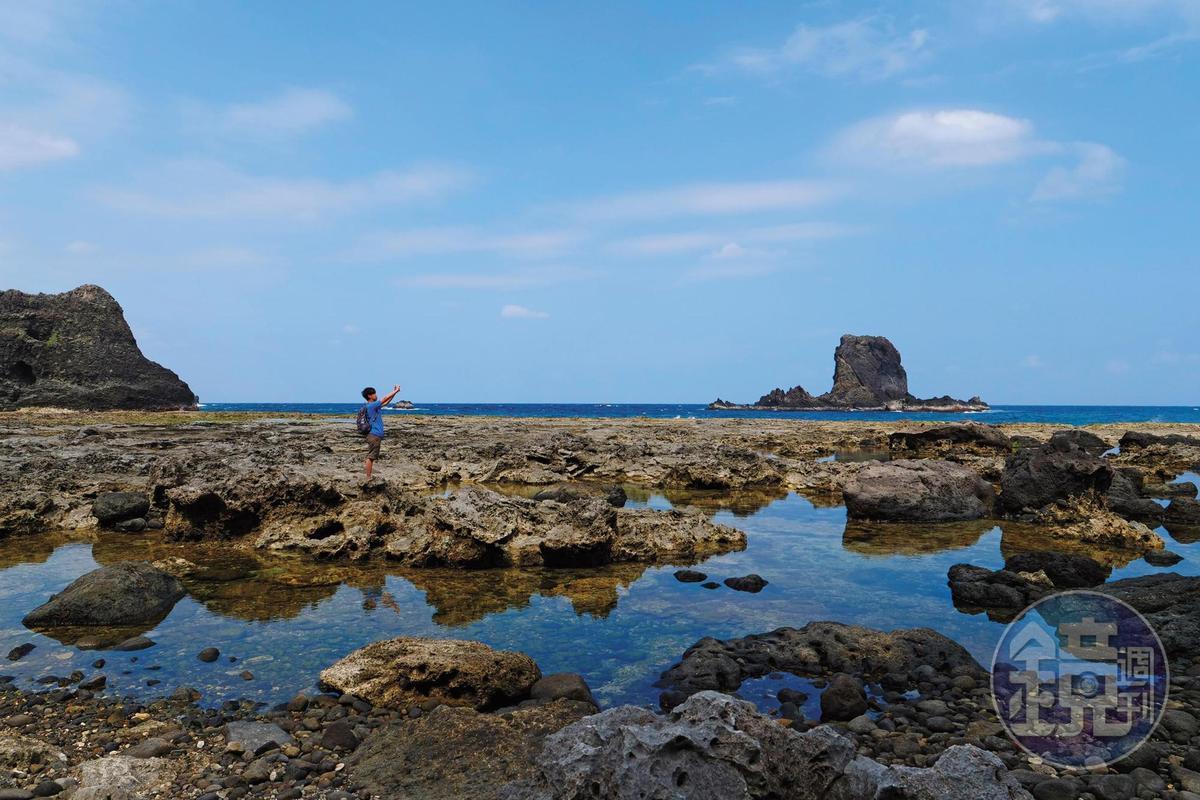 通往藍洞的路上,盡是一片礁岩,海天一色的景觀相當夢幻。
