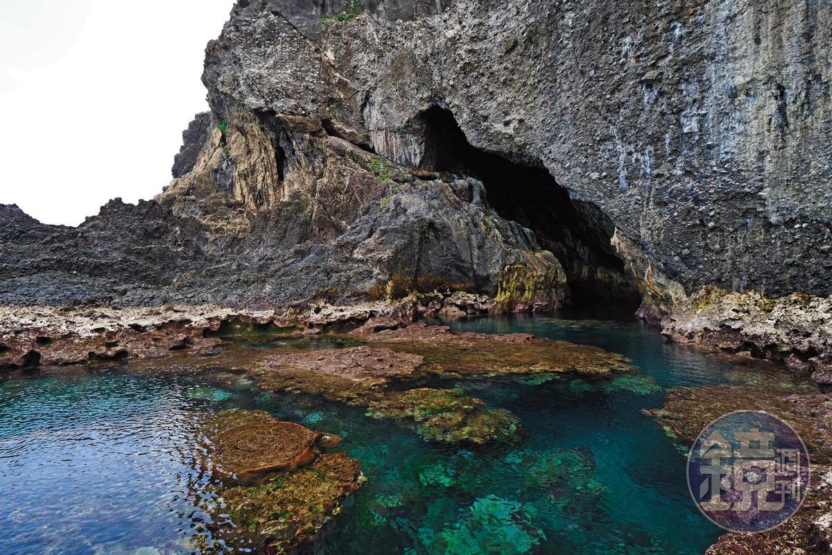 「藍洞」為一個月形海蝕洞,是玩家的探險祕境。