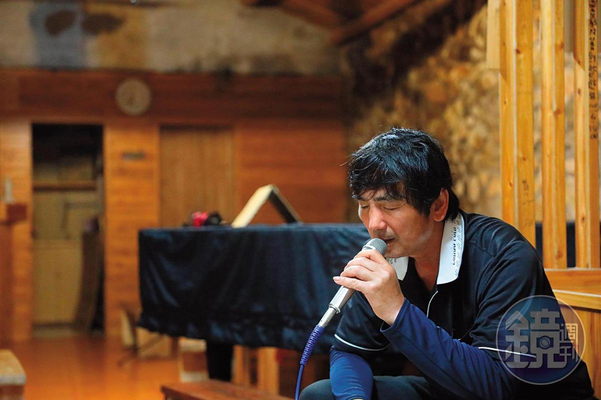 胡進江很懂得自得其樂,夜深人靜時最愛在自己的私人包廂,哼唱幾首耳熟能詳的日文歌。