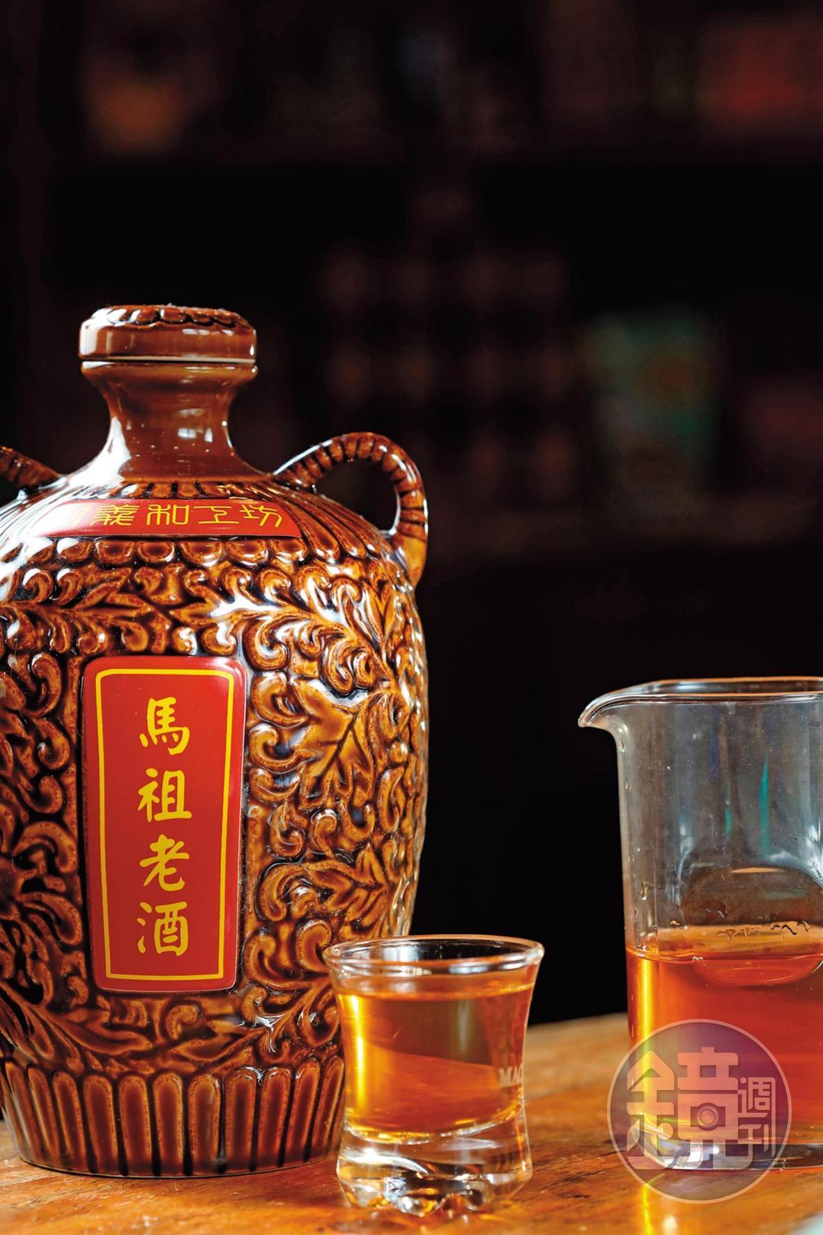 在工坊不但能品嘗美食,也能體驗馬祖老酒DIY,把好酒帶回家。(450元/人, 含酒甕)