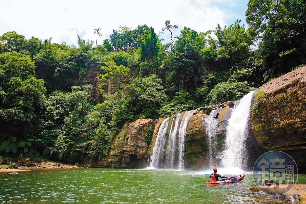 「嶺腳瀑布」是平溪第2大瀑布,獨木舟穿越飛瀑,奔騰氣勢撼人。