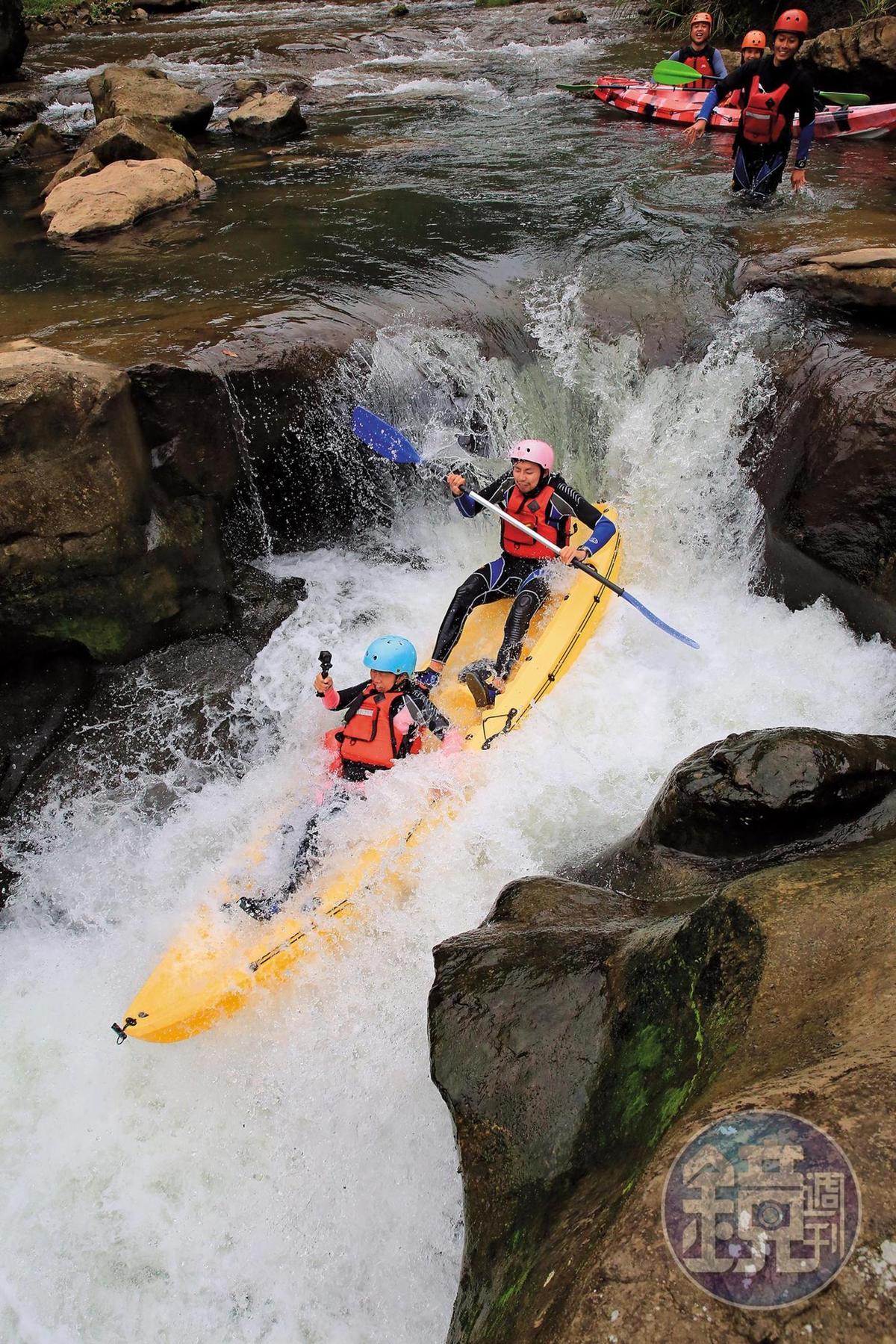 玩家前進基隆河上游,利用河階衝瀑,有如操舟跳水。