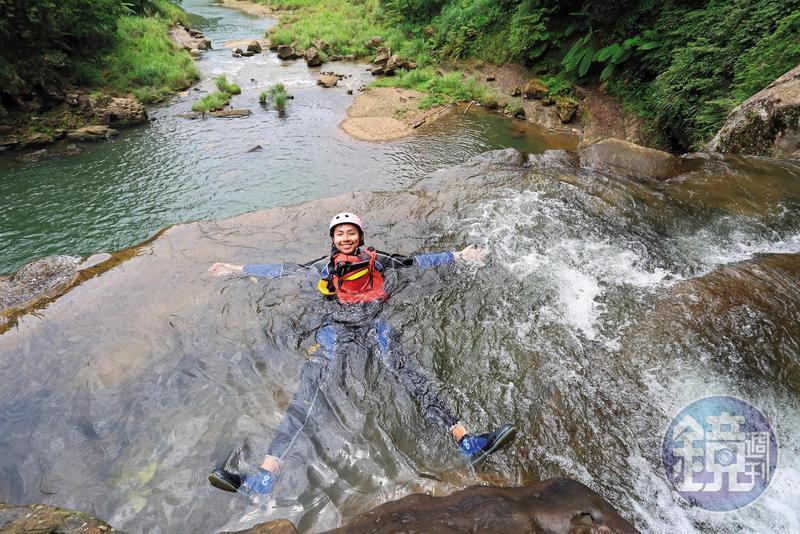 玩家快活躺在瀑布頂,讚嘆這是最棒的無邊際泳池。