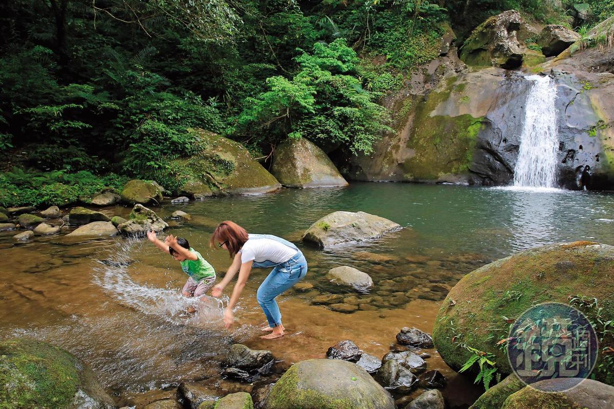 「灰窯瀑布」是在地人的戲水天堂,瀑布約有2層樓高。
