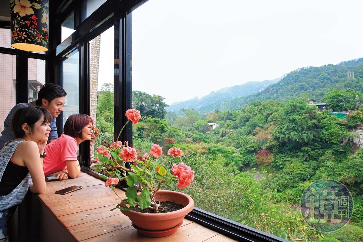 咖啡館的盡頭陽台緊貼基隆河畔,放眼是蔥綠河谷。