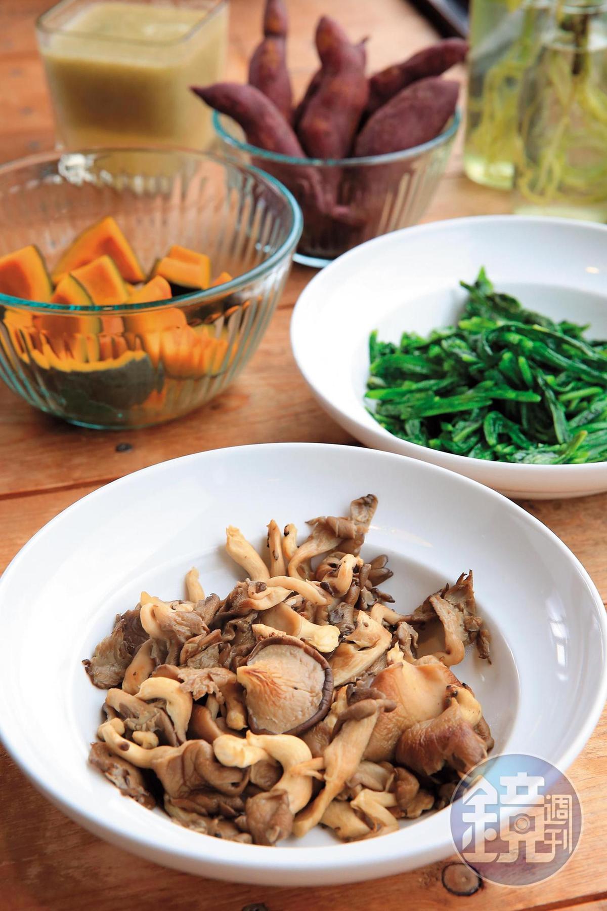 私房料理吃足自然原味,這一盤蠔油菇,是平溪小農「米大菇食」出品。
