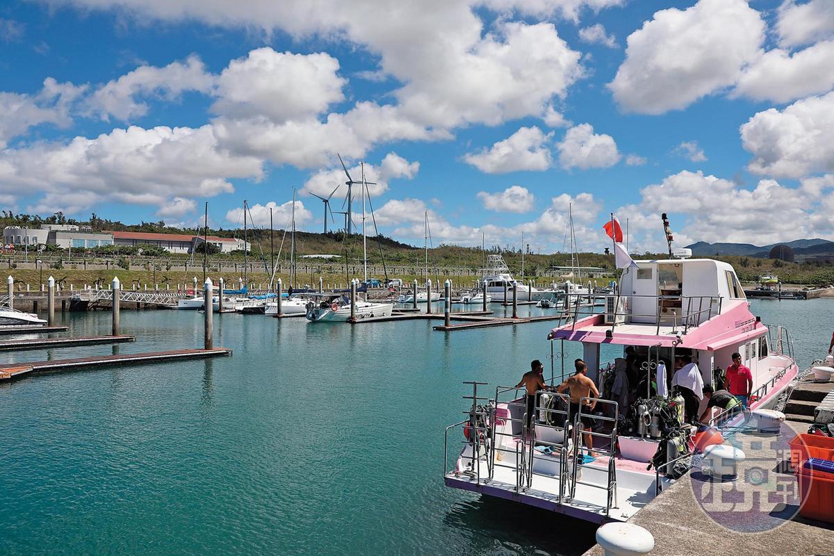 騏艦藍海灣的潛水船從後壁湖的碼頭出發。