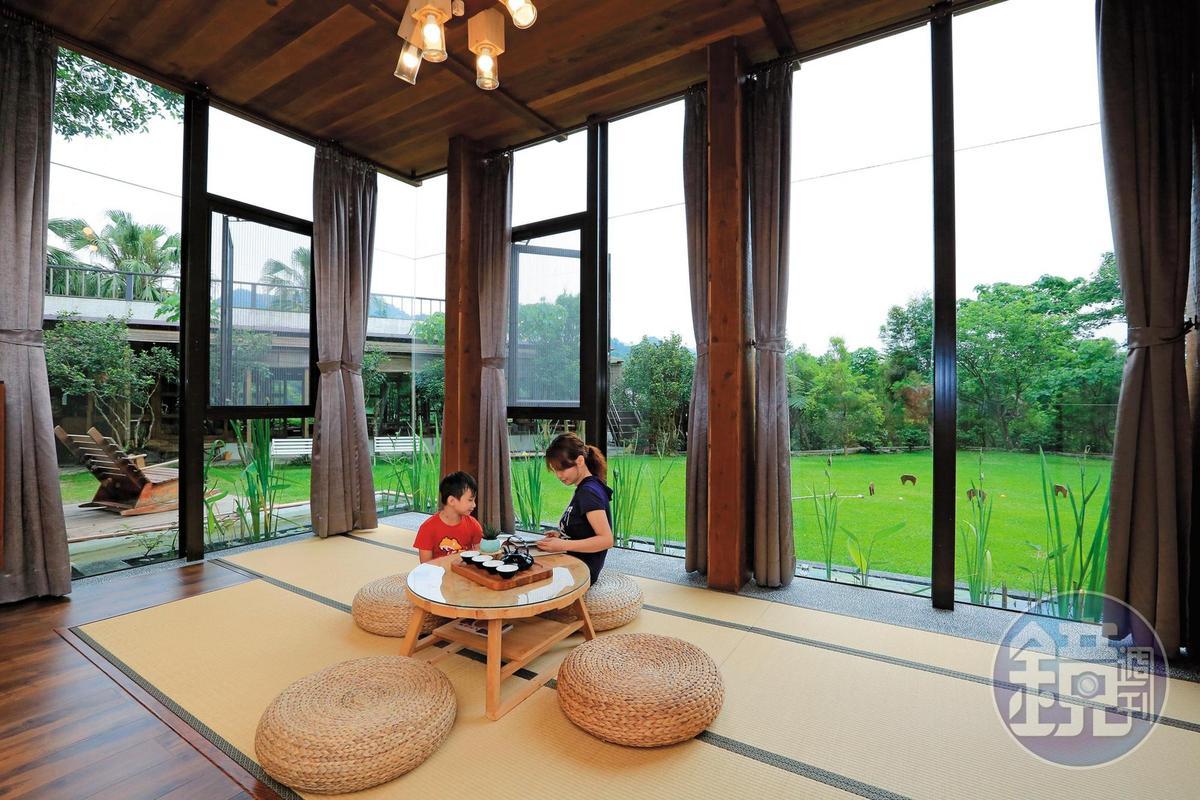 客房有整片落地窗,彷彿置身大自然。