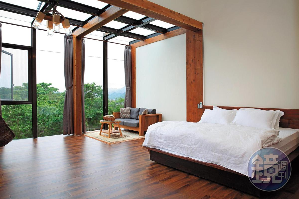 每間客房的木家具都不同,寢具以自家提煉的茶樹精油清洗,曬出陽光味道。