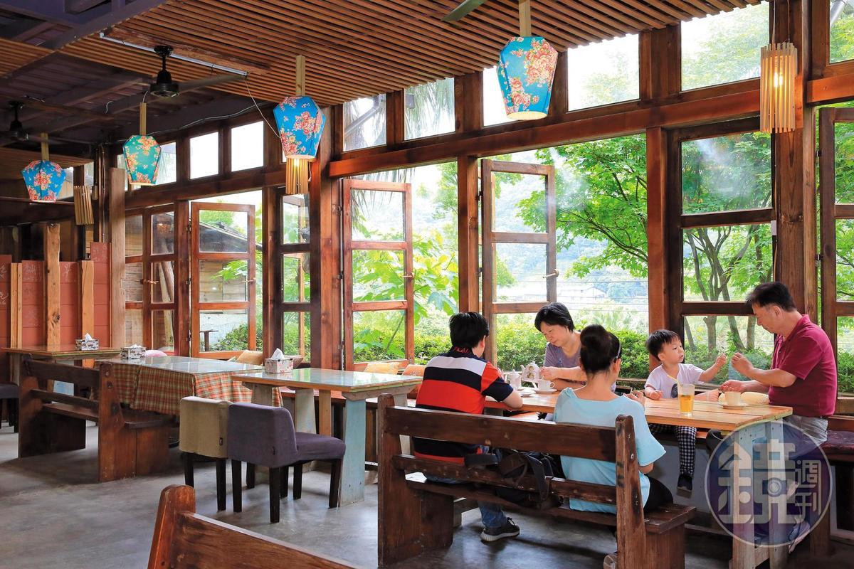 小食堂採原木風,一派自然。