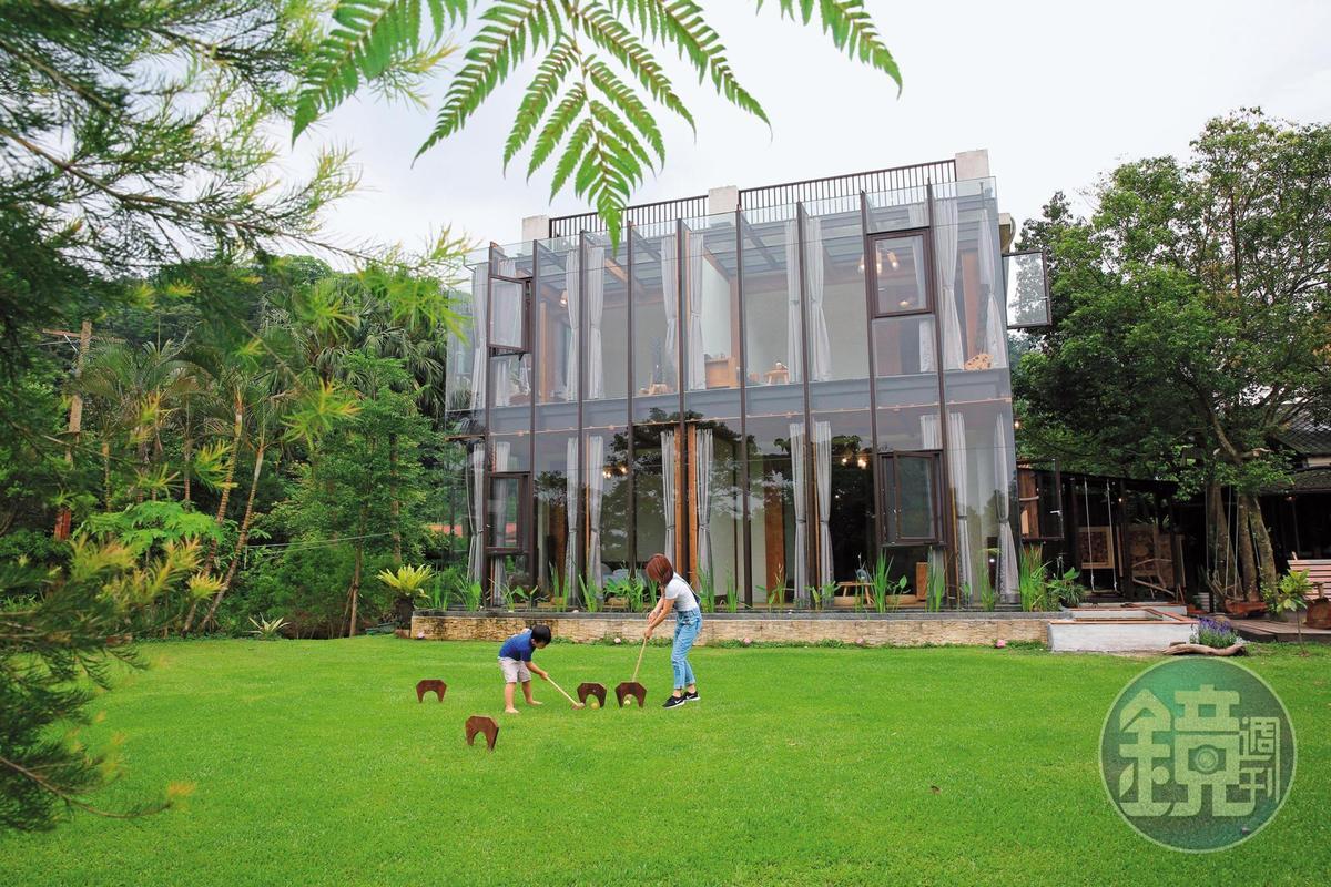 「幸福山行」民宿採玻璃透光建築,戶外草坪還可以打槌球。