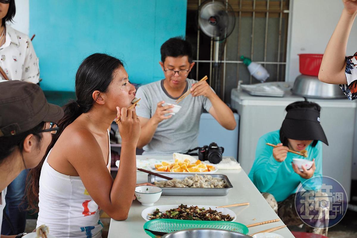 許多人結束生態旅遊後,會來附近的「小花雨來菇農場」吃水餃。