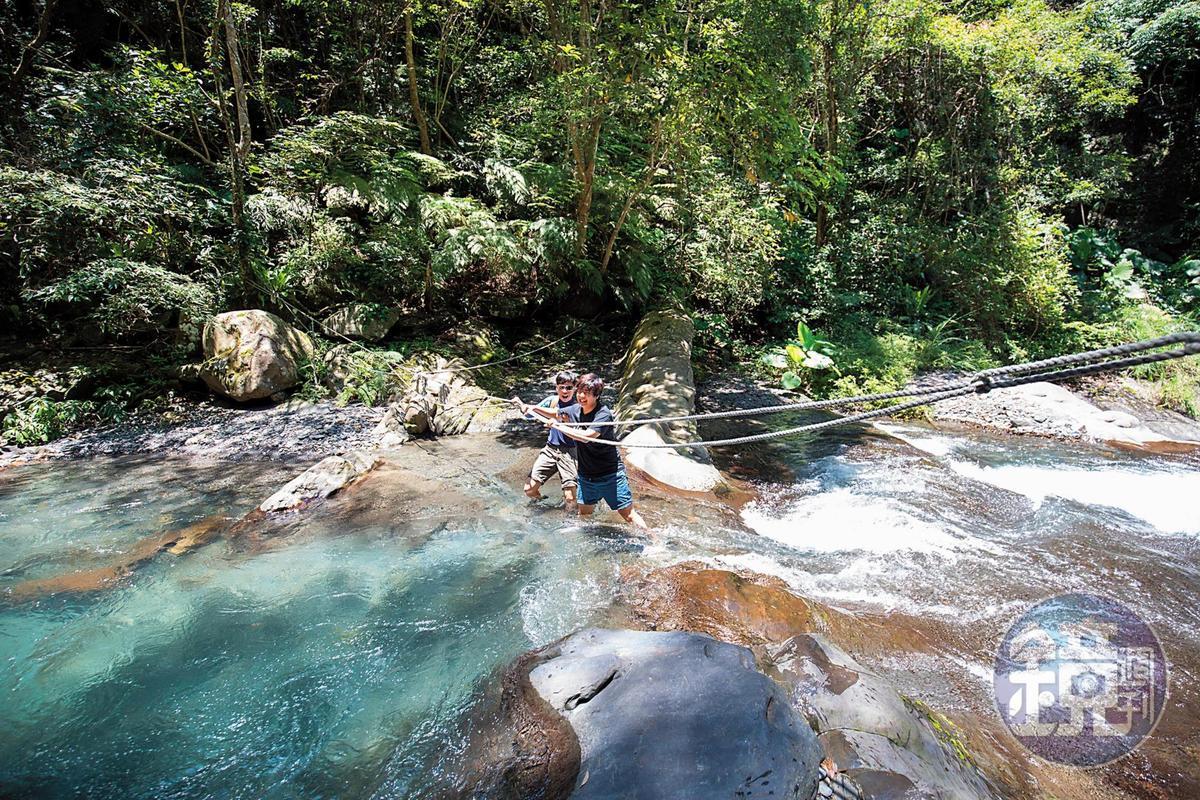 到達水濂洞前,需先橫渡一小段溪流。