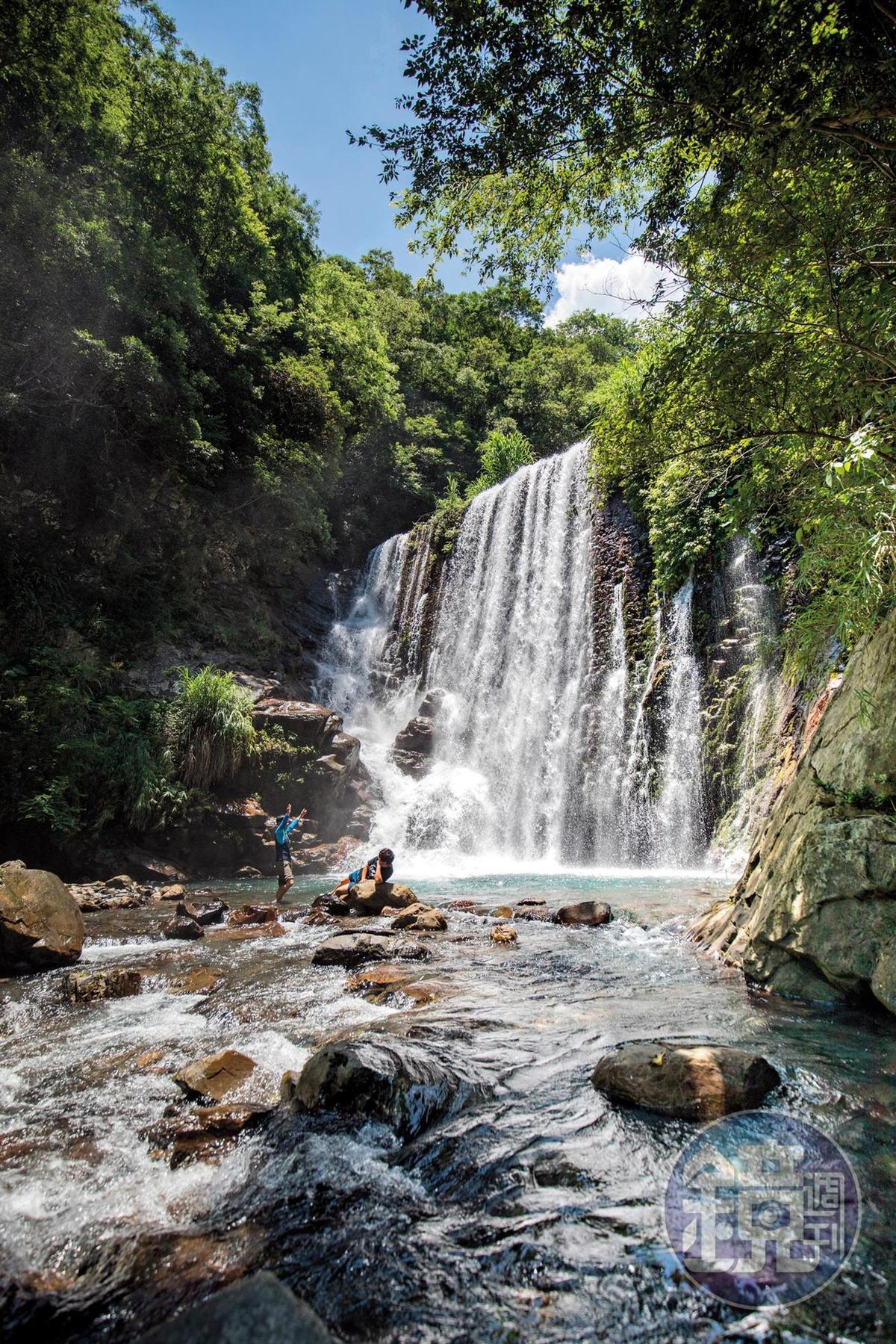 「水濂洞」為人工攔沙壩,水量比較小時還可以體驗沖瀑的快感。